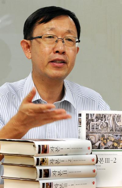 """강신준 교수는 """"'자본'에는 현실적 대안이 담겨있다. 보다 나은 사회를 꿈꾸는 진보 진영은 다시 마르크스를 읽어야 한다""""고 말했다."""