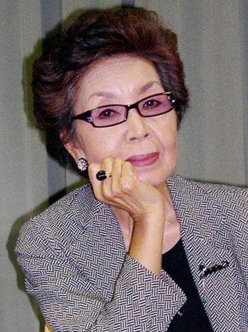 """시오노 나나미는 다음 작품으로 """"중세를 대표하는 인물을 그릴것""""이라며 누구인지는'사업상 비밀'이라고 말했다. 사진은 2006년 말 일본 도쿄에서 한국 기자들과 인터뷰하는 모습. 한국일보 자료사진"""