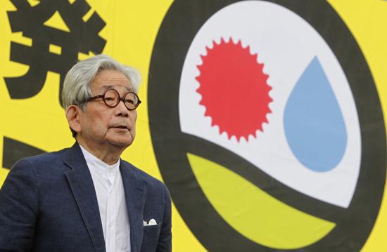 오에 겐자부로는 지난해 후쿠시마 원전사고 이후 원전반대집회에도 매번 참석하고있다. 사진은 작년 9월 원전 반대시위 참석한 모습. 한국일보 자료사진