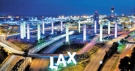 """[조선일보]미국 LA국제공항은'천사의 도시'라는 LA를 오가는 처음이자 마지막 관문이다. 소설가 알랭 드 보통은 저서'여행의 기술'에서""""움직이는 비행기나 배나 기차보다 내적 대화를 쉽게 이끌어내는 장소는 찾기 힘들다""""고 했다. / Getty Images·멀티비츠"""