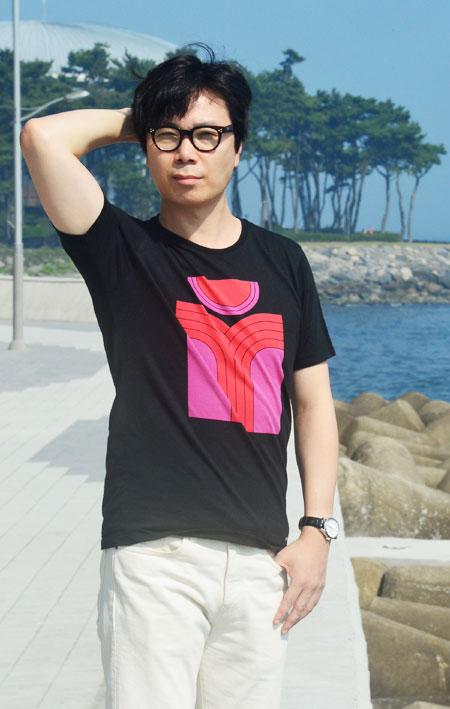 [어수웅 기자의 북앤수다] '살인자의 기억법' 쓴 김영하.. 현재 거처 해운대에서 만나다